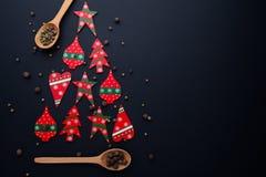 Albero di Natale fatto dalle caramelle rosse e dai cucchiai di legno immagini stock libere da diritti