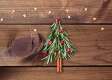 Albero di Natale fatto dei rosmarini e del melograno con le stelle della caramella fotografia stock