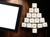 Albero di Natale fatto dei tasti del computer e del computer della compressa su fondo di legno Immagine Stock Libera da Diritti