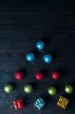 Albero di Natale fatto delle palle variopinte Immagini Stock