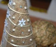 Albero di Natale fatto di insaccamento e delle perle immagini stock libere da diritti