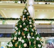 Albero di Natale a Galerija Centrs a vecchia Riga Fotografie Stock