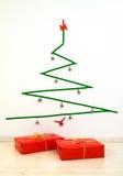 Albero di Natale geometrico del nastro di condotta di stile minimalista con i presente Immagini Stock Libere da Diritti