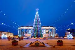 Albero di Natale, illuminazioni e decorazioni dentro Immagine Stock Libera da Diritti