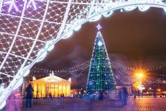 Albero di Natale, illuminazioni e decorazioni in piazza Immagini Stock Libere da Diritti