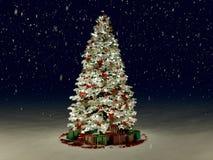Albero di Natale innevato con multi colorato fotografie stock