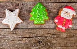 Albero di Natale di inverno del pan di zenzero su di legno fotografia stock