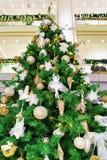 Albero di Natale lettone al Galerija Centrs a Riga Immagine Stock