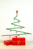 Albero di Natale minimalista di stile con i presente Fotografia Stock Libera da Diritti