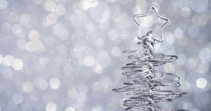 Albero di Natale moderno metallico sul fondo d'argento del bokeh della luce della tinta archivi video