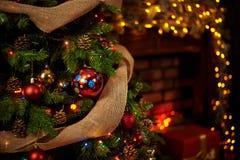 Albero di Natale nel camino fotografia stock