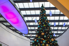 Albero di Natale nel centro commerciale durante il tempo di Natale Immagini Stock