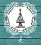Albero di Natale nel cerchio nello stile di Zen-scarabocchio con pizzo su fondo di legno blu Immagine Stock