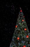 Albero di Natale nel cielo notturno Fotografie Stock