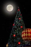 Albero di Natale nel cielo notturno Fotografia Stock Libera da Diritti