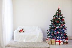 Albero di Natale nella Camera per il Natale interno Fotografia Stock Libera da Diritti