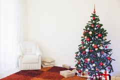 Albero di Natale nella stanza bianca della Camera per il Natale Fotografia Stock