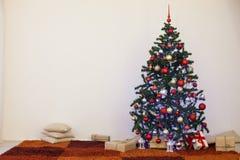 Albero di Natale nella stanza bianca della Camera per il Natale Fotografia Stock Libera da Diritti