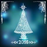 Albero di Natale nello stile di Zen-scarabocchio sul fondo della sfuocatura in blu Fotografia Stock