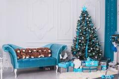 Albero di Natale nello studio per i tiri di foto Immagine Stock