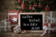 Albero di Natale nostalgico, fiocchi di neve, nuovo anno di mezzi di Guten Rutsch 2017 Fotografia Stock