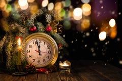 Albero di Natale, orologio e candele fotografia stock