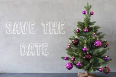 Albero di Natale, parete del cemento, risparmi inglesi del testo la data Immagine Stock Libera da Diritti