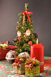 Albero di Natale, regali e candela Immagini Stock