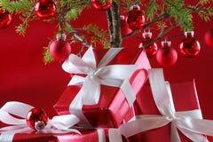 Albero di Natale rosso, presente di colore rosso Fotografie Stock