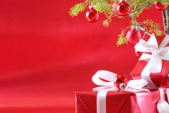 Albero di Natale rosso, presente di colore rosso immagini stock libere da diritti