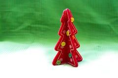 Albero di Natale rosso su un bianco per inverdirsi il fondo della tela Immagine Stock