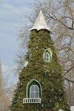 Albero di Natale sotto forma di casa di fiaba Le finestre sull'albero di Natale Fotografia Stock
