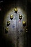 Albero di Natale stilizzato di progettazione con le palle di natale su fondo di legno Fotografia Stock Libera da Diritti