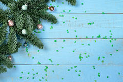 Albero di Natale su una priorità bassa di legno Fotografia Stock