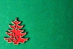 Albero di Natale sui precedenti verdi della struttura, decorazione di legno di eco, giocattolo Fotografia Stock Libera da Diritti