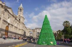 Albero di Natale sul quadrato di Plaza de Armas con la cattedrale della basilica di Arequipa Fotografie Stock