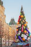 Albero di Natale sul quadrato rosso vicino al negozio della GOMMA, Mosca Immagine Stock
