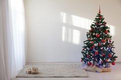 Albero di Natale in una stanza bianca per il Natale con i regali Fotografia Stock