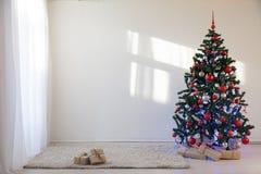 Albero di Natale in una stanza bianca per il Natale con i regali Immagine Stock