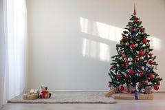 Albero di Natale in una stanza bianca per il Natale con i regali Immagini Stock Libere da Diritti