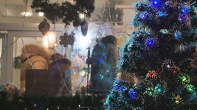 Albero di Natale di Urashennaya, primo piano Nei precedenti dalla gente del fuoco nel deposito scelga i regali festive stock footage