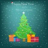 Albero di Natale verde contro un fondo blu a dicembre immagini stock libere da diritti