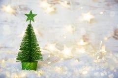 Albero di Natale verde, luci leggiadramente, neve, stella fotografia stock libera da diritti
