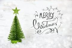Albero di Natale verde, stella, neve, Buon Natale di calligrafia fotografie stock
