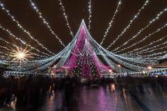 Albero di Natale a Vilnius e folla della gente immagine stock libera da diritti