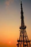 Albero di telecomunicazione con i ponti radio Fotografia Stock