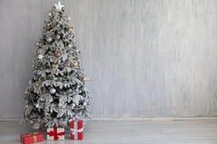 Albero domestico interno del nuovo anno dei regali della decorazione di Natale fotografia stock