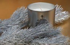 Albero e candela di abete sulla priorità bassa dell'oro Fotografia Stock