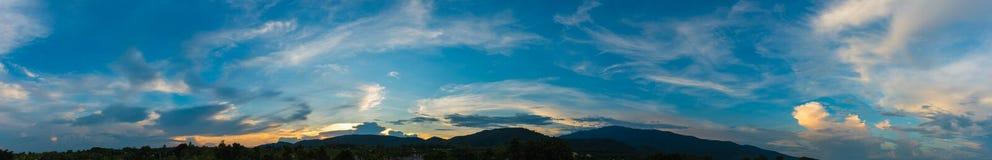 albero e cielo di tramonto nel fondo Immagini Stock