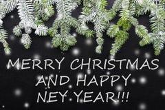 Albero e neve di abete su fondo scuro Cartolina di Natale di saluti cartolina christmastime Bianco e verde rossi immagini stock
